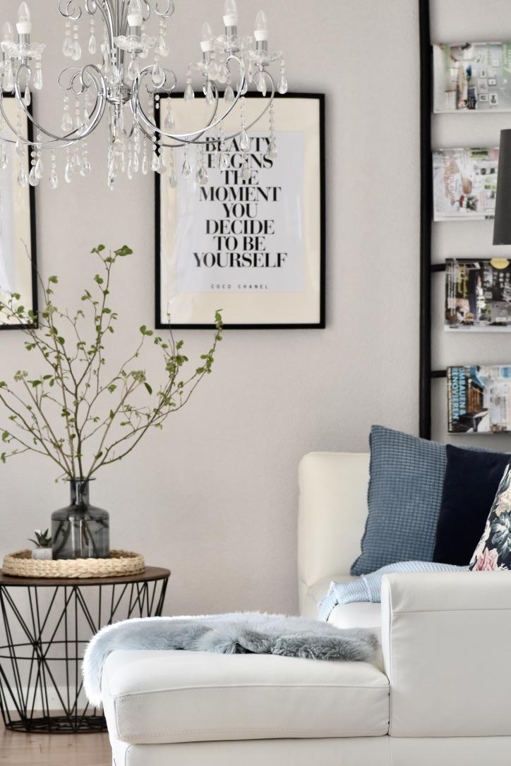 Wohnzimmer mit Kronleuchter, weisses Ledersofa, Ikea